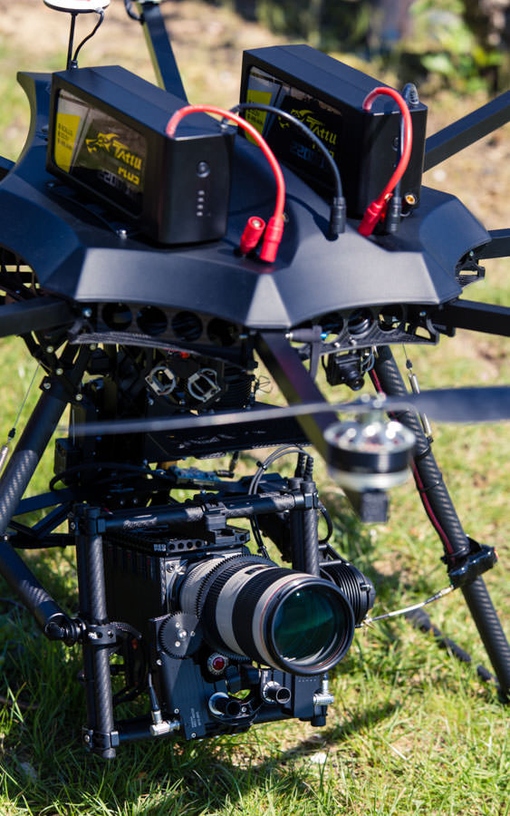 GensAce TATTU Batterie . 22.000 mAh 6S theblackdrone GmbH Oktokopter . Heavyliftsystem für RED und ARRI Freefly M15 Gimbal . Tiffen Filter . 6750 mah 4S . Canon 70-200mm Zoomobjektiv . RED EPIC Dragon 6K Carbon Edition