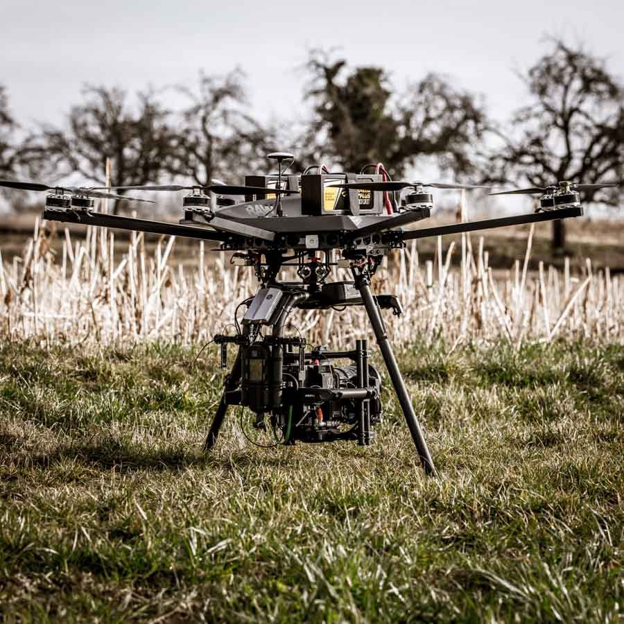RED EPIC-W Helium 8 K Kamera auf Freefly Systems Movi Pro Brushless Gimbal unter Oktokopter auf Wiese