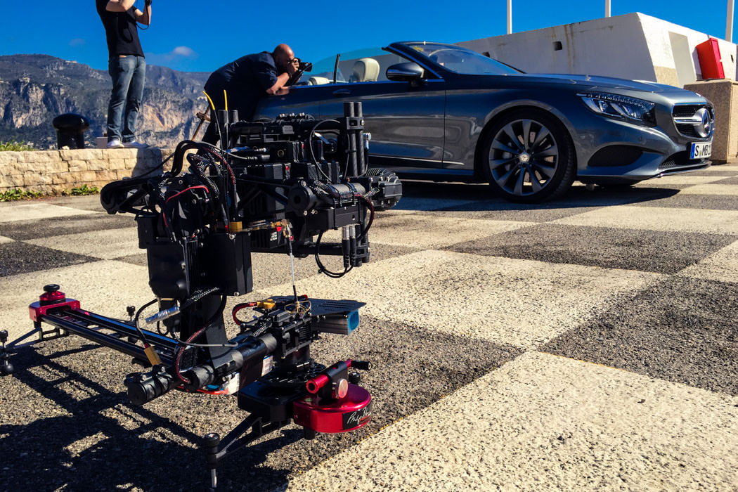 RED EPIC Dragon 6K Carbon Edition mit Freefly Systems MōVI M15 Brushless Gimbal auf Boot. Filmt anderes Mercedes-Benz Style Yacht Boot.