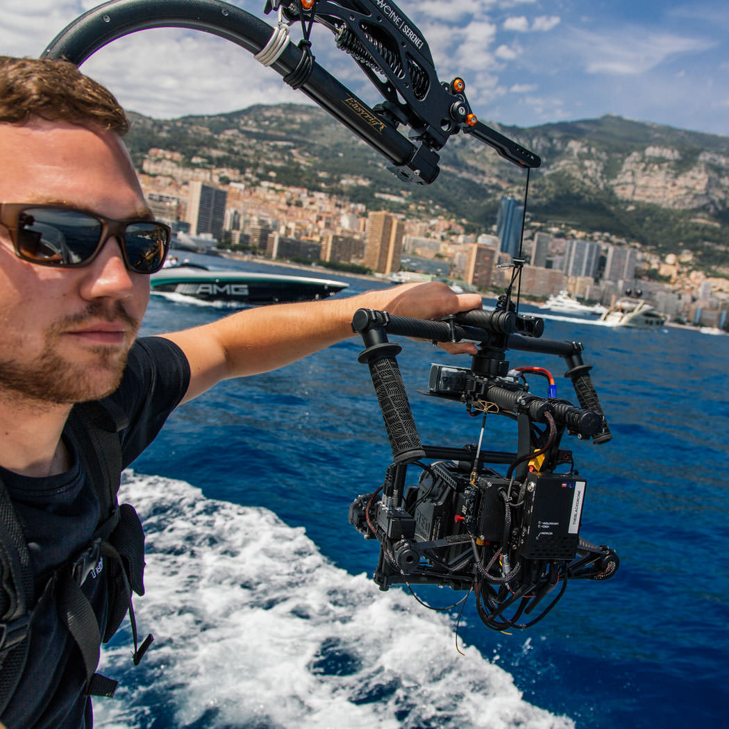RED EPIC Dragon 6K Carbon Edition mit Freefly Systems MōVI M15 Brushless Gimbal. Rico Nowara haelt Gimbal