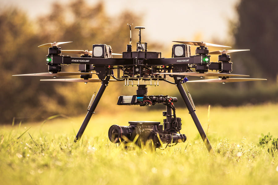 theblackdrone Hammer X8 Oktokopter Drohne fliegt auf Feld. Baum im Hintergrund . RED EPIC Dragon 6K Carbon Edition in Freefly MoVi M15 Brushless Gimbal