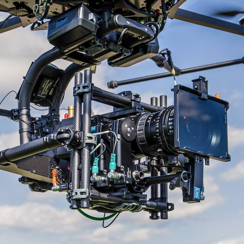 theblackdrone RAWcopter Oktokopter Drohne fliegt auf Feld. RED Helium 8K . Angenieux Optimo Zoom RTmotion FIZ control in Freefly Movi Pro